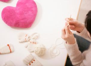 編み物をする女性の写真素材 [FYI01867097]