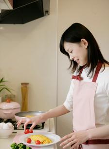 料理をする女性の写真素材 [FYI01867138]
