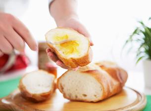 ジャムを塗ったフランスパンの写真素材 [FYI01867163]