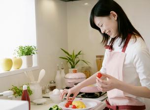 料理をする女性の写真素材 [FYI01867252]