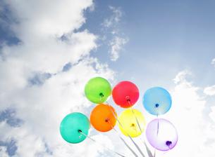 カラフルな風船と青空の写真素材 [FYI01867285]