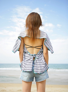 海辺の後ろ姿の女性の写真素材 [FYI01867317]