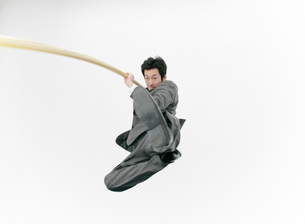 走り高跳びをするビジネスマンの写真素材 [FYI01867332]
