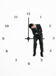 時間のイメージとビジネスマンの写真素材 [FYI01867338]