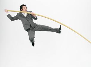 棒高跳びをするビジネスマンの写真素材 [FYI01867381]