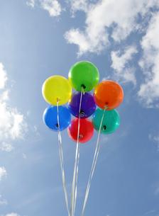 カラフルな風船と青空の写真素材 [FYI01867402]
