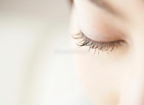 日本人女性の目元の写真素材 [FYI01867519]