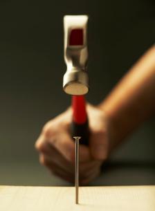釘を打つ手の写真素材 [FYI01867575]