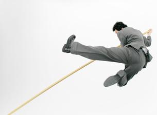 走り高跳びをするビジネスマンの写真素材 [FYI01867603]