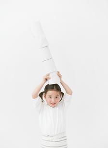 トイレットペーパーを持つ女の子の写真素材 [FYI01867653]