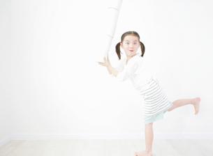 トイレットペーパーを持つ女の子の写真素材 [FYI01867663]