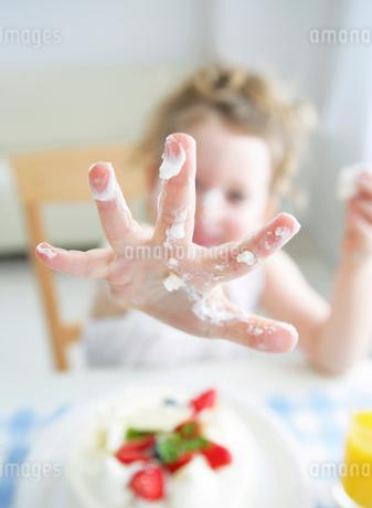 女の子の手の写真素材 [FYI01867865]