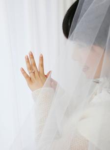 婚約指輪を見つめる女性の写真素材 [FYI01868093]