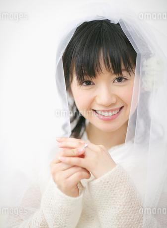 ベールをかぶってこちらを見つめる女性の写真素材 [FYI01868186]