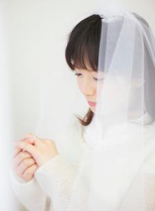 自分の指を見つめる女性の写真素材 [FYI01868392]