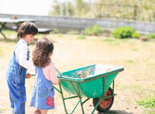 一輪車を押す男の子と女の子の写真素材 [FYI01868405]
