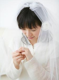 婚約指輪を見つめる女性の写真素材 [FYI01868490]