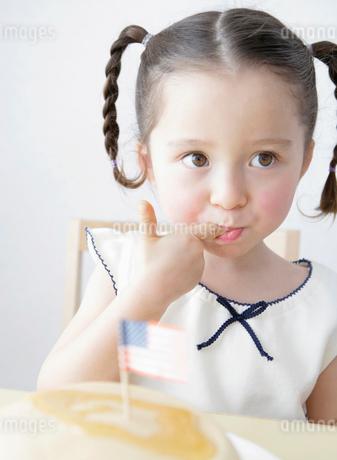 指をなめる女の子の写真素材 [FYI01868523]