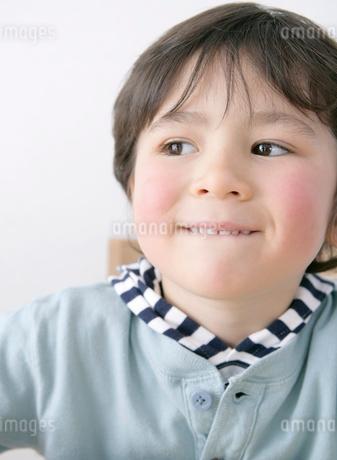 唇をかむ男の子の写真素材 [FYI01868585]