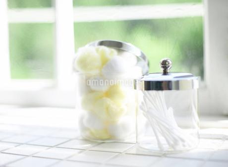 綿棒が入った容器の写真素材 [FYI01868772]