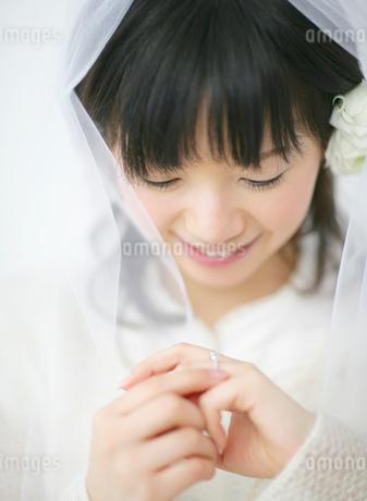 指輪を見つめる女性の写真素材 [FYI01868786]