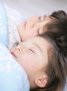 ぐっすり眠る兄妹の写真素材 [FYI01868877]