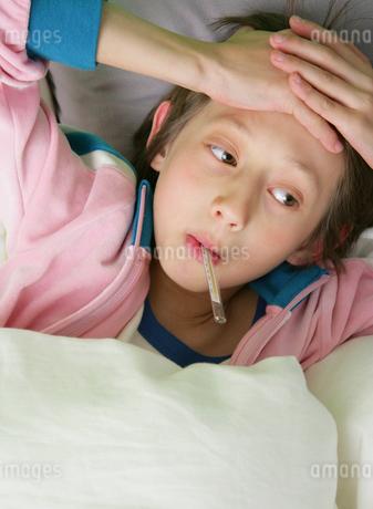 体温計を口にくわえる男の子の写真素材 [FYI01869020]