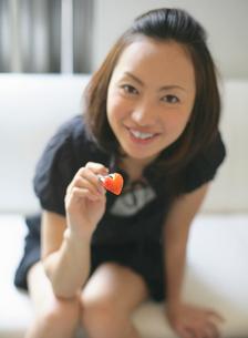 イチゴを差し出す女性の写真素材 [FYI01869163]