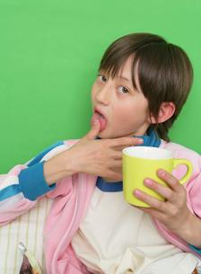 親指を舐める男の子の写真素材 [FYI01869270]