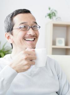 コーヒーカップを手に持った男性の写真素材 [FYI01869641]