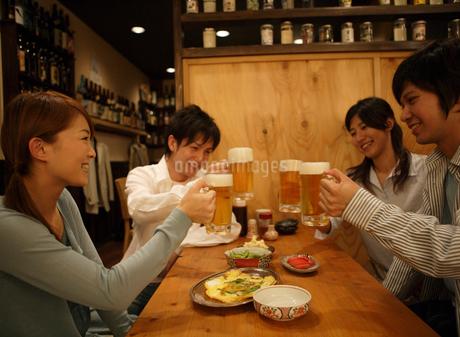 居酒屋で乾杯をする男女グループの写真素材 [FYI01869651]