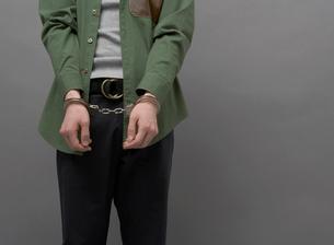 手錠をかけられた男性の写真素材 [FYI01869852]