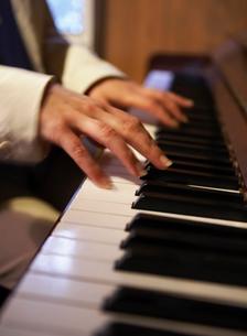 ピアノを弾く女性の指先の写真素材 [FYI01869963]