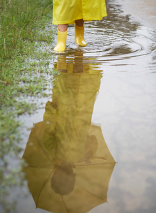 水たまりを歩く男の子の足元の写真素材 [FYI01869967]