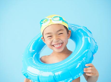 浮き輪を持った男の子の写真素材 [FYI01870119]