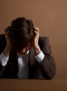 頭を抱える男性の写真素材 [FYI01870157]
