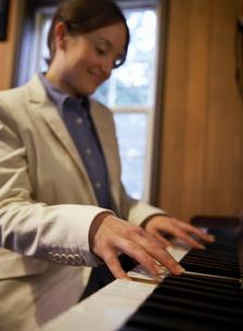 ピアノを弾く女性の写真素材 [FYI01870270]
