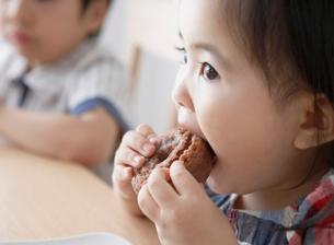 飲食をする子供の写真素材 [FYI01870298]