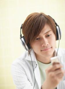 ヘッドフォンをして音楽を聴く男性の写真素材 [FYI01870534]