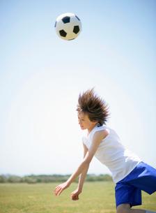サッカーをする少年の写真素材 [FYI01870700]