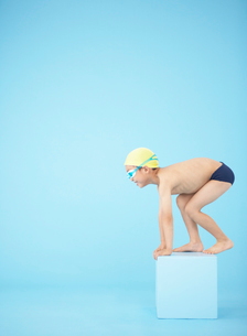 飛び込み台に立つ男の子の写真素材 [FYI01870740]