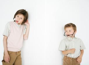 おどけたポーズの兄弟の写真素材 [FYI01870746]