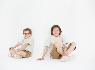 座って笑っている兄弟の写真素材 [FYI01870781]