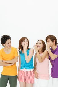 内緒話のポーズの若者達の写真素材 [FYI01870998]