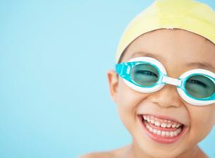 水中メガネをした男の子の写真素材 [FYI01871084]