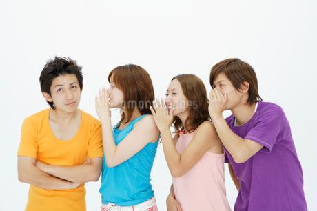 内緒話のポーズの若者達の写真素材 [FYI01871142]