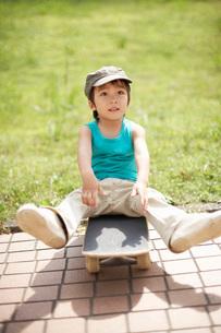 スケボーに座る男の子の写真素材 [FYI01871245]