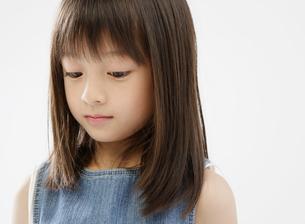 うつむく女の子の写真素材 [FYI01871271]
