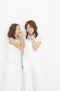 笑顔で談笑する二人の若い女性の写真素材 [FYI01871274]