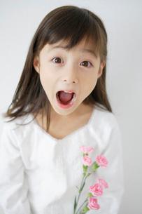 驚き顔の女の子の写真素材 [FYI01871389]